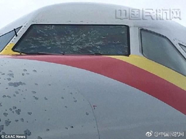 Trung Quốc: Máy bay bị lõm đầu, hạ cánh khẩn cấp vì dính mưa đá  - Ảnh 3