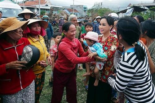 """Clip """"fan ruột"""" của Việt Hương: Bỏ cả con dâu đau đẻ để chụp ảnh với thần tượng - Ảnh 3"""