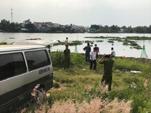 Hốt hoảng vì phát hiện thi thể người đàn ông đang phân hủy trên sông Sài Gòn - Ảnh 1