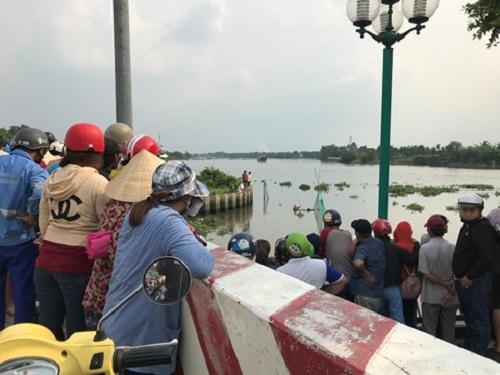 Hốt hoảng vì phát hiện thi thể người đàn ông đang phân hủy trên sông Sài Gòn - Ảnh 2