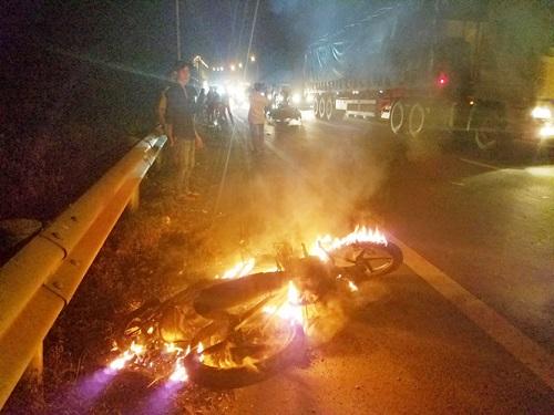 Xe máy bốc cháy dữ dội sau va quệt với ô tô 4 chỗ trên đường cao tốc - Ảnh 1