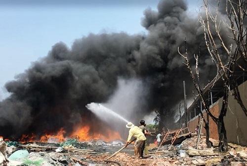 Cháy lớn tại kho phế liệu ở vùng ven Sài Gòn  - Ảnh 1