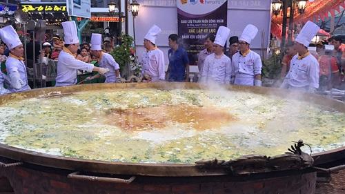 30 đầu bếp cùng tham gia chế biến chiếc bánh xèo lớn nhất Việt Nam - Ảnh 1