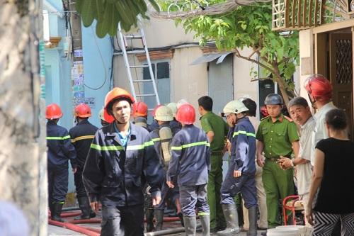 TP.HCM: Ngôi nhà chứa vải vụn cháy lớn, khói đen bốc cao hàng chục mét - Ảnh 1