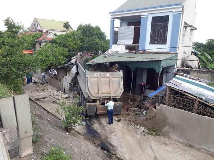Nghệ An: Xe đầu kéo mất lái lao vào nhà dân, chủ nhà bị thương nặng phải nhập viện - Ảnh 1