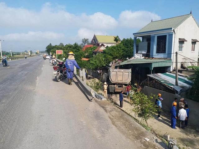 Nghệ An: Xe đầu kéo mất lái lao vào nhà dân, chủ nhà bị thương nặng phải nhập viện - Ảnh 2