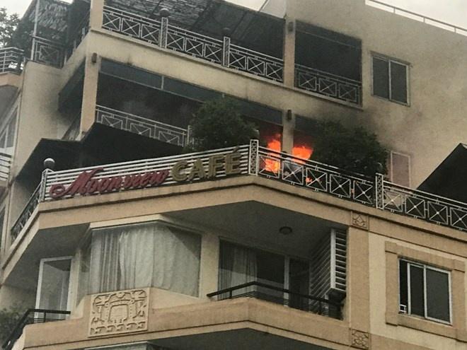 Hà Nội: Cháy khách sạn ba sao trên phố cổ, du khách hoảng loạn tháo chạy - Ảnh 1