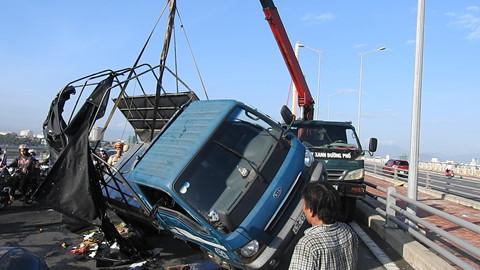 Lật xe tải chở trái cây, tài xế đa chấn thương, giao thông tê liệt - Ảnh 3
