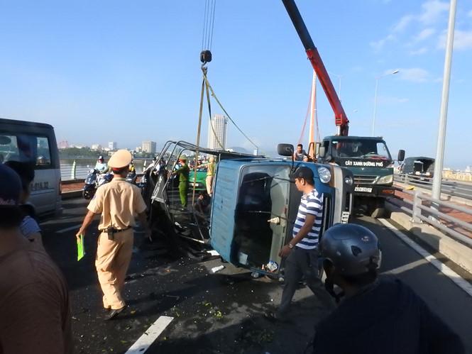 Lật xe tải chở trái cây, tài xế đa chấn thương, giao thông tê liệt - Ảnh 1