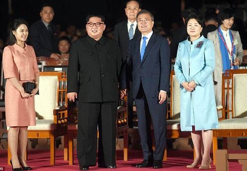 Cái nắm tay thật chặt của hai nhà lãnh đạo Hàn - Triều nhau trong lễ chia tay - Ảnh 1