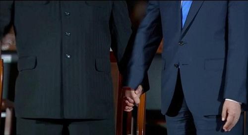 Cái nắm tay thật chặt của hai nhà lãnh đạo Hàn - Triều nhau trong lễ chia tay - Ảnh 2