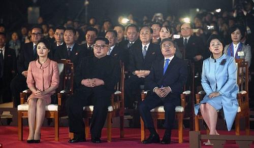 Cái nắm tay thật chặt của hai nhà lãnh đạo Hàn - Triều nhau trong lễ chia tay - Ảnh 3
