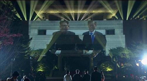 Cái nắm tay thật chặt của hai nhà lãnh đạo Hàn - Triều nhau trong lễ chia tay - Ảnh 4