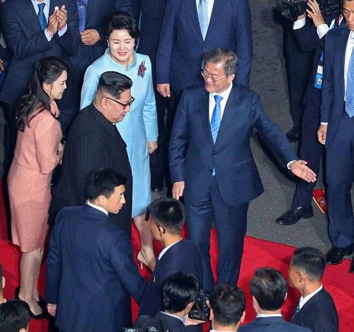 Cái nắm tay thật chặt của hai nhà lãnh đạo Hàn - Triều nhau trong lễ chia tay - Ảnh 5