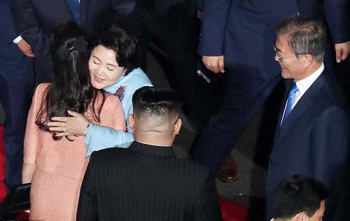 Cái nắm tay thật chặt của hai nhà lãnh đạo Hàn - Triều nhau trong lễ chia tay - Ảnh 7