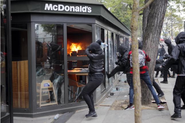 Cảnh sát Pháp bắt giữ gần 200 người bạo động ngày Quốc tế Lao động - Ảnh 3