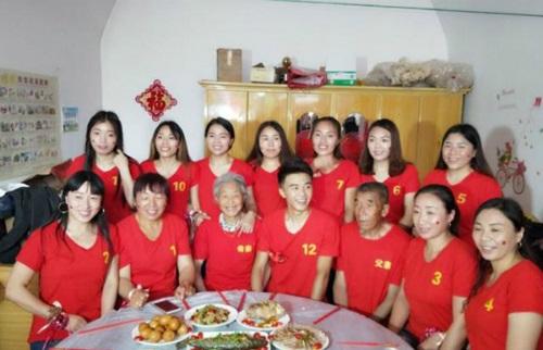 Trung Quốc: 11 chị gái gom hơn 1 tỷ làm đám cưới cho em trai 22 tuổi - Ảnh 1