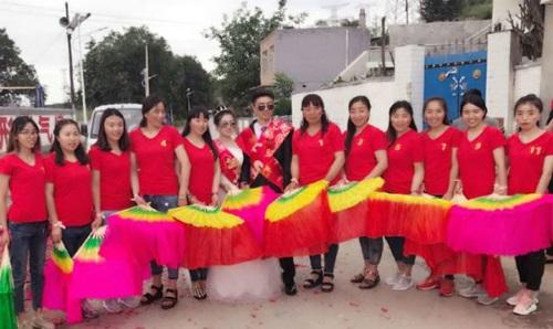 Trung Quốc: 11 chị gái gom hơn 1 tỷ làm đám cưới cho em trai 22 tuổi - Ảnh 2