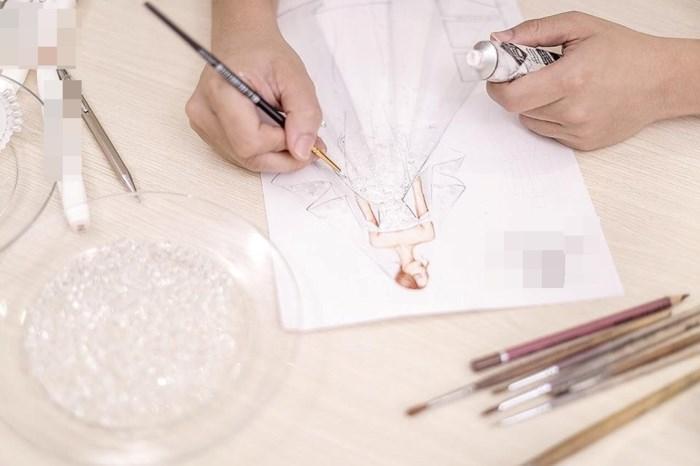 """Hé lộ thông tin về bộ váy cưới """"khủng"""" đính 2.000 viên pha lê của Á hậu Tú Anh - Ảnh 3"""