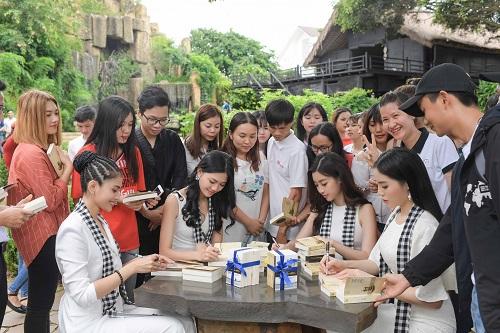 Á hậu Trương Thị May cùng dàn người đẹp ngồi công nông đi tặng sách - Ảnh 3
