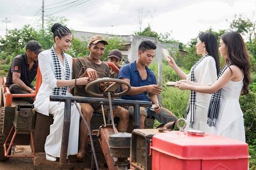 Á hậu Trương Thị May cùng dàn người đẹp ngồi công nông đi tặng sách - Ảnh 2