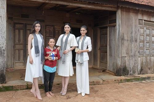 Á hậu Trương Thị May cùng dàn người đẹp ngồi công nông đi tặng sách - Ảnh 4
