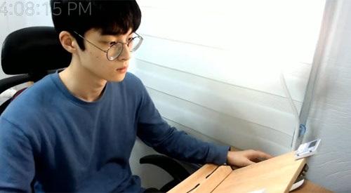 """Chàng trai Hàn Quốc bỗng nhiên """"nổi như cồn"""" chỉ bằng cách ngồi im học bài - Ảnh 1"""