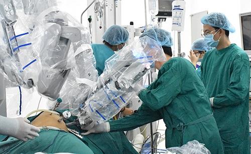 Lần đầu tiên dùng robot phẫu thuật trong phẫu thuật ung thư thực quản - Ảnh 1