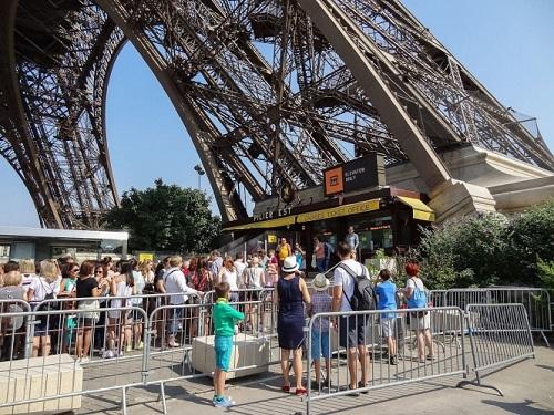 Tháp Eiffel tạm đóng cửa do nhân viên đình công - Ảnh 1