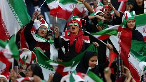 Hàng ngàn phụ nữ Iran lần đầu được xem bóng đá - Ảnh 1