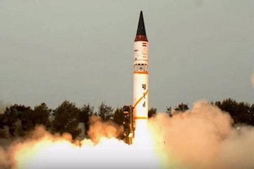 Ấn Độ phóng thử thành công tên lửa đạn đạo Agni-II trong đêm - Ảnh 1