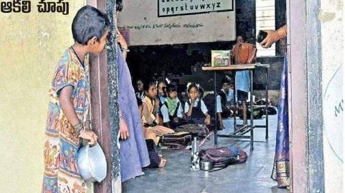 Sự thật về bức ảnh cô bé nghèo cầm bát nhìn vào lớp học đang lan truyền tại Ấn Độ - Ảnh 1