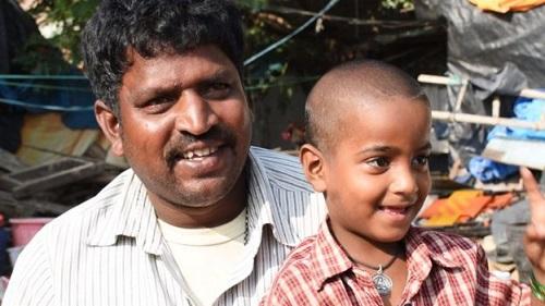 Sự thật về bức ảnh cô bé nghèo cầm bát nhìn vào lớp học đang lan truyền tại Ấn Độ - Ảnh 2
