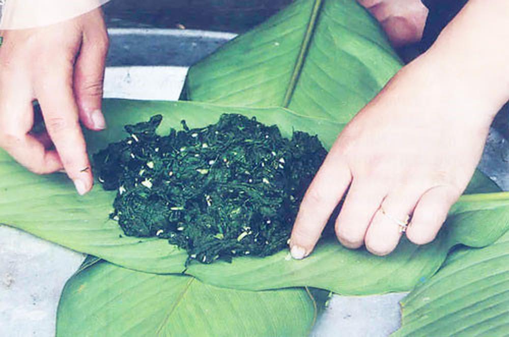 Lên Tây Bắc thưởng thức món rêu nướng độc đáo và đặc sắc của đồng bào người Thái - Ảnh 1