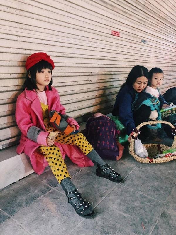 """Cô bé vô gia cư xinh xắn ở Hà Nội tự phối đồ """"cực chất"""" từ quần áo cũ  - Ảnh 1"""