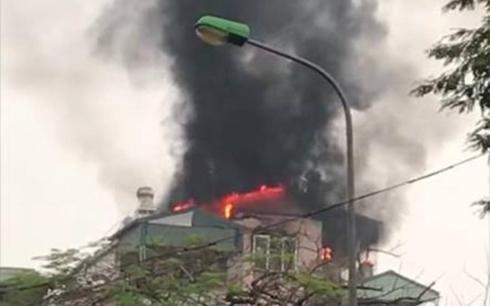 Hà Nôi: Cháy ngôi nhà 5 tầng trên phố Lạc Trung, 9 người may mắn thoát chết - Ảnh 1