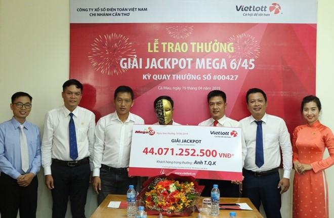 Vietlott trao giải jackpot hơn 44 tỷ đồng cho người đàn ông đến từ Cà Mau - Ảnh 1