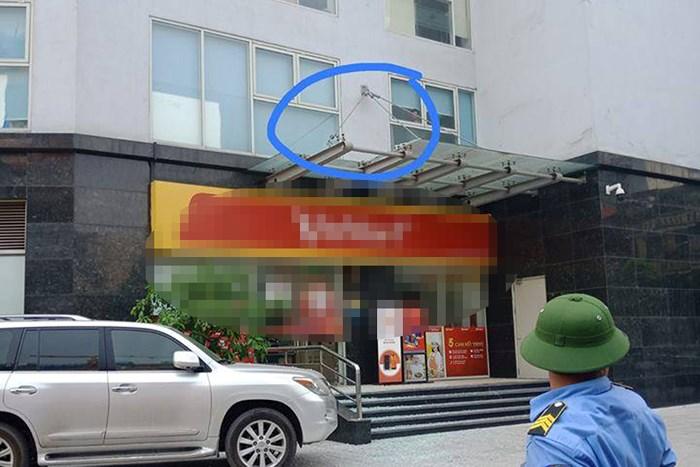Hà Nội: Bé trai 5 tuổi rơi từ tầng 11 chung cư xuống mái kính tầng 1 đang nguy kịch - Ảnh 1