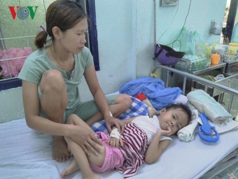 Bé gái ở Kon Tum bị chó nhà nuôi cắn hàng chục vết quanh cổ qua cơn nguy kịch - Ảnh 1