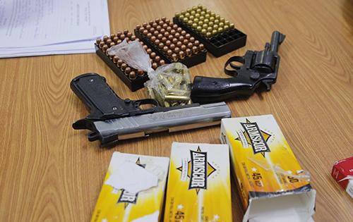 Bắt người đàn ông mang 2 khẩu súng quân dụng và hàng trăm viên đạn vào TP.HCM - Ảnh 2