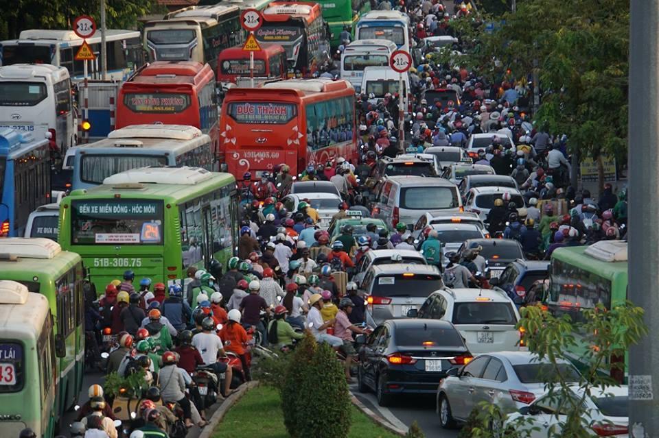 Người dân Sài Gòn nhích từng bước dưới nắng nóng, đường phố kẹt cứng - Ảnh 6
