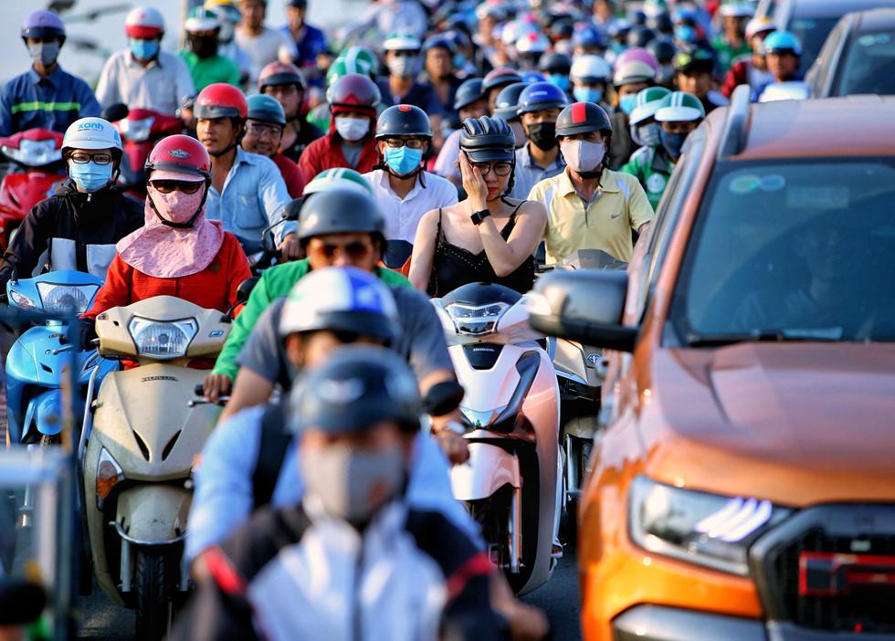 Người dân Sài Gòn nhích từng bước dưới nắng nóng, đường phố kẹt cứng - Ảnh 2