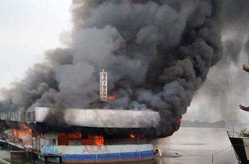 Du thuyền bỏ hoang ở Hồ Tây bất ngờ bốc cháy dữ dội - Ảnh 1