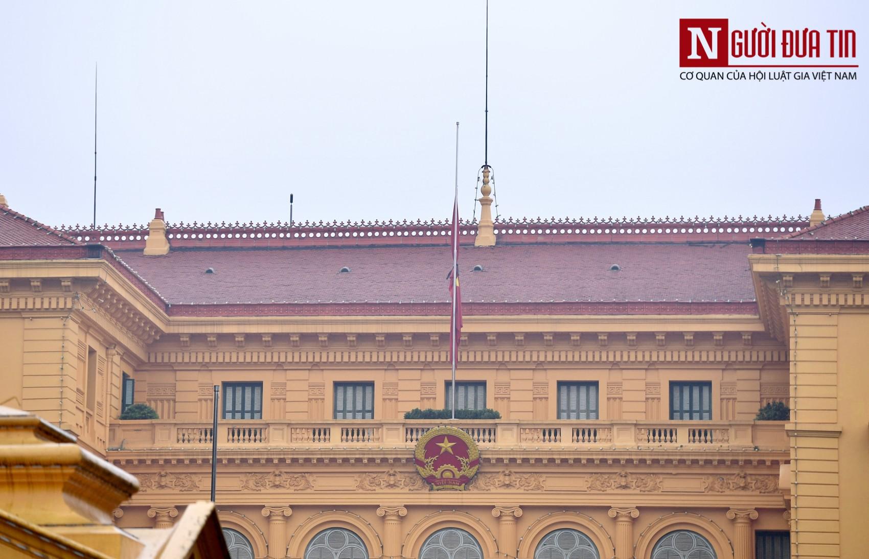 [Chùm ảnh] Các cơ quan, công sở đồng loạt treo cờ rủ Quốc tang Nguyên Chủ tịch nước Lê Đức Anh - Ảnh 4