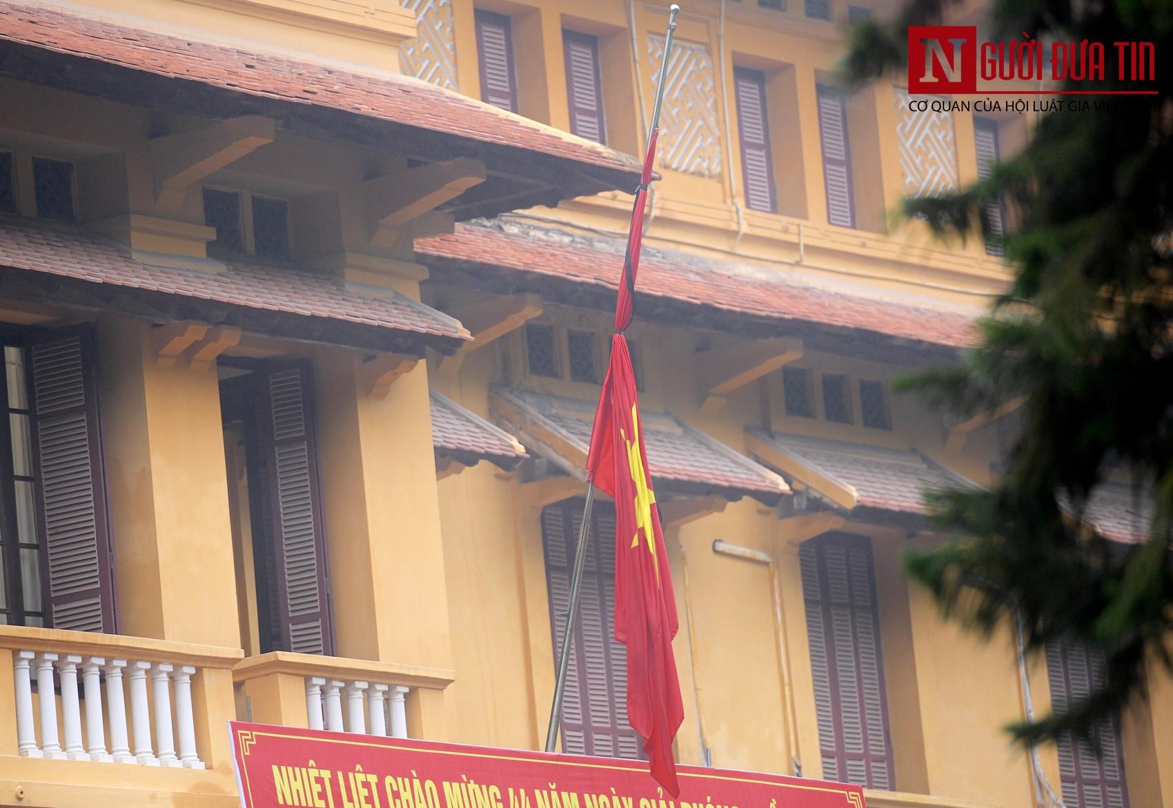 [Chùm ảnh] Các cơ quan, công sở đồng loạt treo cờ rủ Quốc tang Nguyên Chủ tịch nước Lê Đức Anh - Ảnh 7