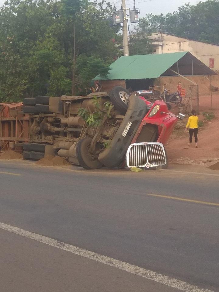 Bình Phước: Xe container lật đè chết 2 người đi đường - Ảnh 1