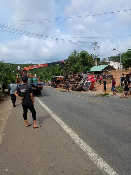 Bình Phước: Xe container lật đè chết 2 người đi đường - Ảnh 2