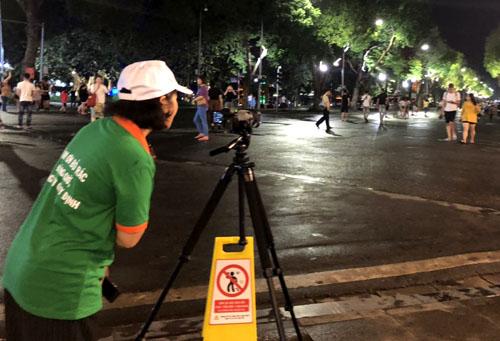 Hà Nội: Ghi hình để xử phạt người xả rác ở phố đi bộ Hồ Gươm - Ảnh 1
