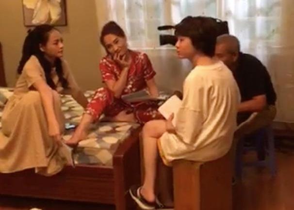 Ba chị em Huệ - Thư - Ánh Dương lại sum vầy ở căn phòng quen thuộc nhà ông Sơn.