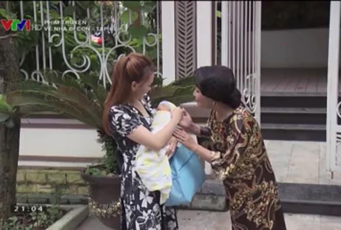 """Lộ cảnh quay xúc động trong """"Về nhà đi con"""": Thư bước lên xe rời khỏi nhà chồng - Ảnh 3"""